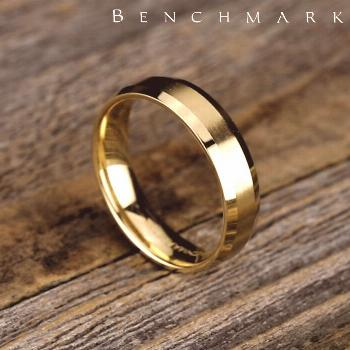 This 6mm comfort-fit satin-finished carved design band features a high polished beveled edge for a